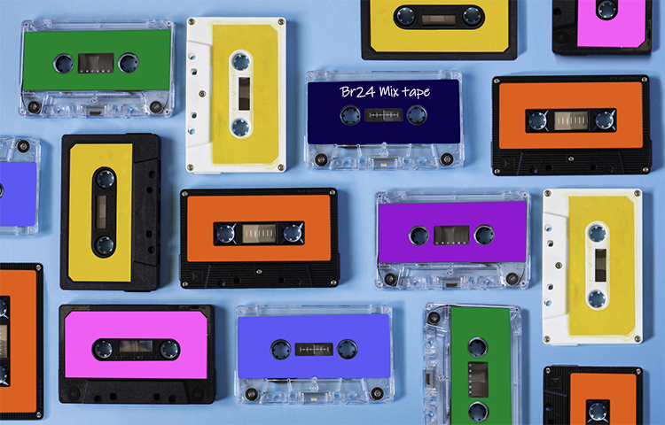 Br24 Blog Visual Trends 2019 - Nostalgic Flashbacks: picture from above, music cassettes in different colours on a light blue surface