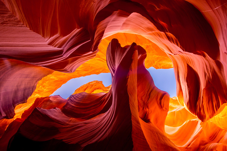 Br24 Blog Visuelle Trends 2019- Outdoor-Fotografie: Antelope Canyon, Arizona mit beeindruckenden Farben, fotografiert von unten durch den Canyon in den Himmel