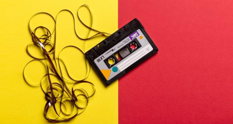 Br24 Blog Adobe Stock Creative Trends 2021: Audio Trends, Kassette auf gelb-rotem Hintergrund