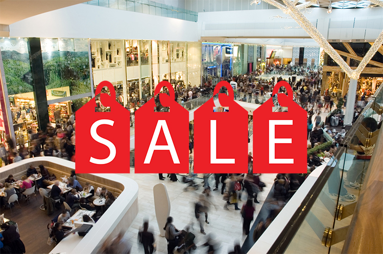 Br24 Blog Christmas marketing 2018: Crowd in the mall with big sale sign