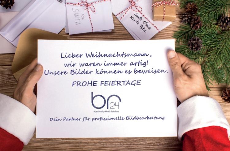 Br24 Blog: Draufsicht auf Hände vom Weihnachtsmann die den Wunschzettel von Br24 halten, umgeben von Briefen an den Weihnachtsmann