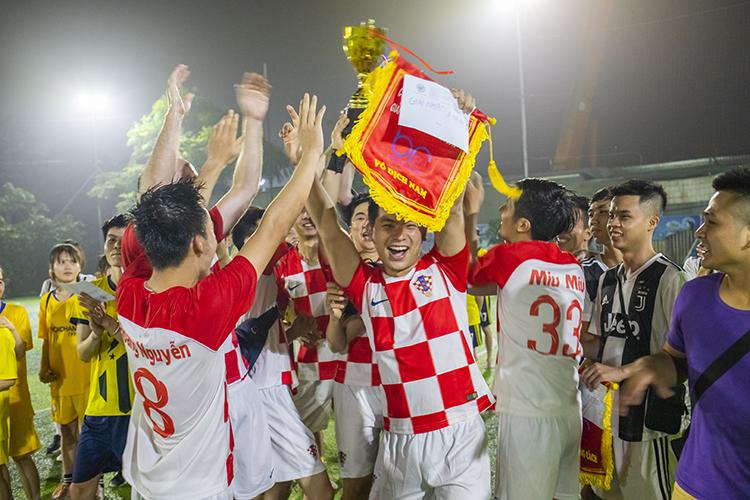 Br24 Blog Br24 Fußballturnier 2019: Jubelnde Gewinner der Herrenmannschaften mit Trophäe