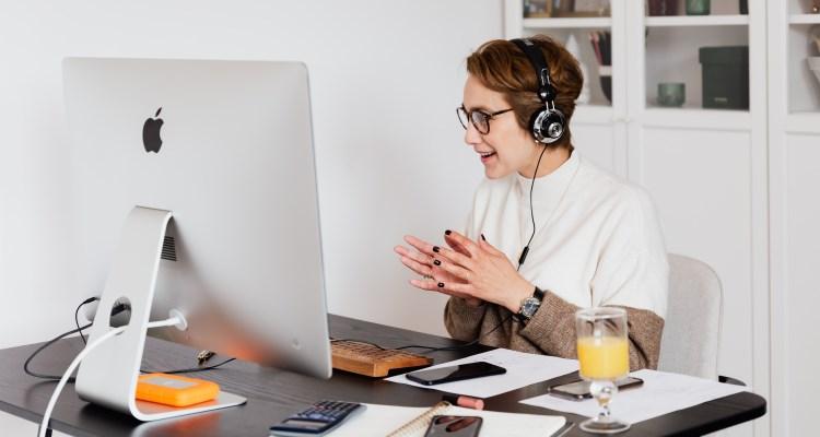 Br24 Blog Vermarktung an Verbraucher zu Hause: Frau vor Computer spricht in ein Headset