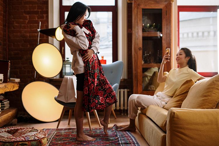 Br24 Blog Vermarktung an Verbraucher zu Hause: Zwei Frauen posieren mit einem neuen Kleid und machen Fotos