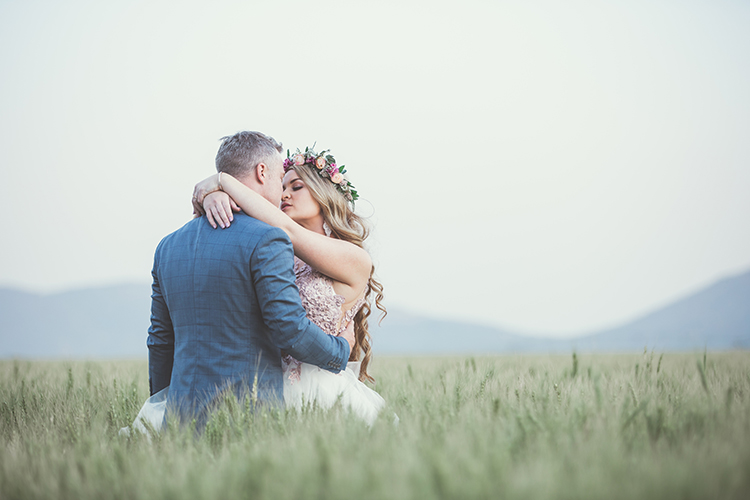 Br24 Blog 7 Photo Editing Styles - Light & Airy Style: Wedding couple kissing in a field, bright photo
