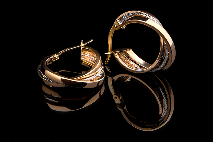 Br24 Blog The perfect background for product photos: Golden earrings against a black background