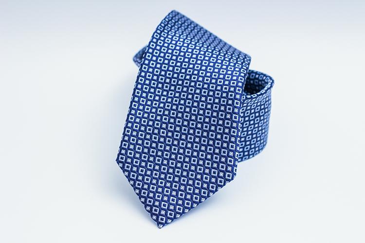 Br24 Blog Der perfekte Hintergrund für Produktfotos: Blaue und weiße gemusterte Krawatte auf weißem Hintergrund