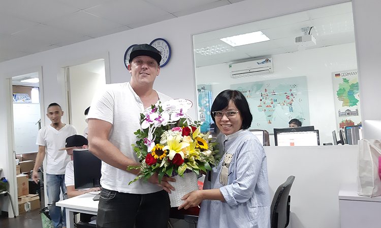 Br24 Blog Vietnamese Women's Day 2019: One of the Br24 power women who receive flowers as a gift