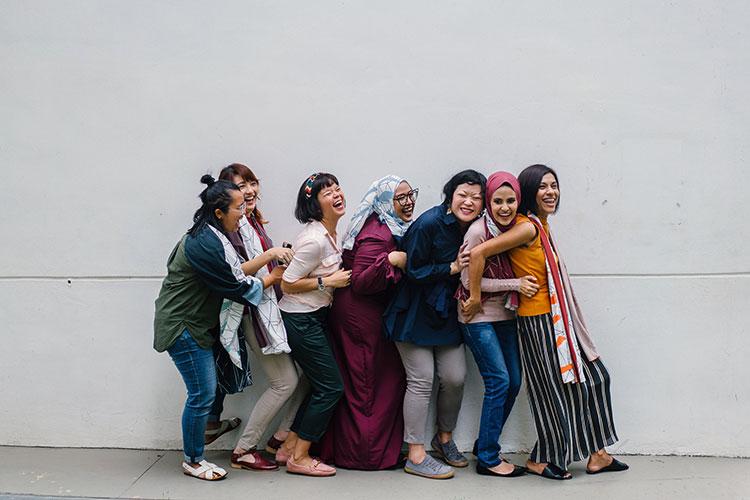 Br24 Blog Visual Trends 2020: Trend - From Me to We; Gruppe glücklicher Frauen unterschiedlicher Ethnien