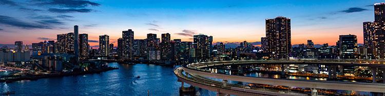 Br24 Blog Visuelle Trends 2020: Trend - Panotography; Panoramaaufnahme einer Stadt-Skyline in der Dämmerung