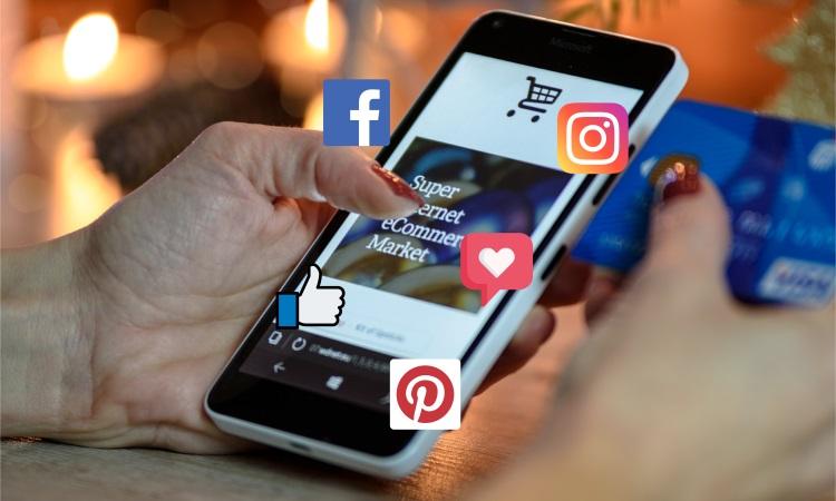 Br24 Blog Visuelle Trends 2021 Produktfotografie & E-Commerce: Trend Visual Commerce ,Hände halten Smartphone und Kreditkarte, umgeben von Social-Media-Symbolen
