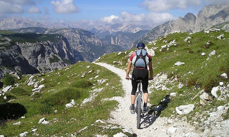 Br24 Blog Visuelle Trends 2021 Produktfotografie & E-Commerce: Trend Aufstieg der Natur, Mountainbiker in Berglandschaft