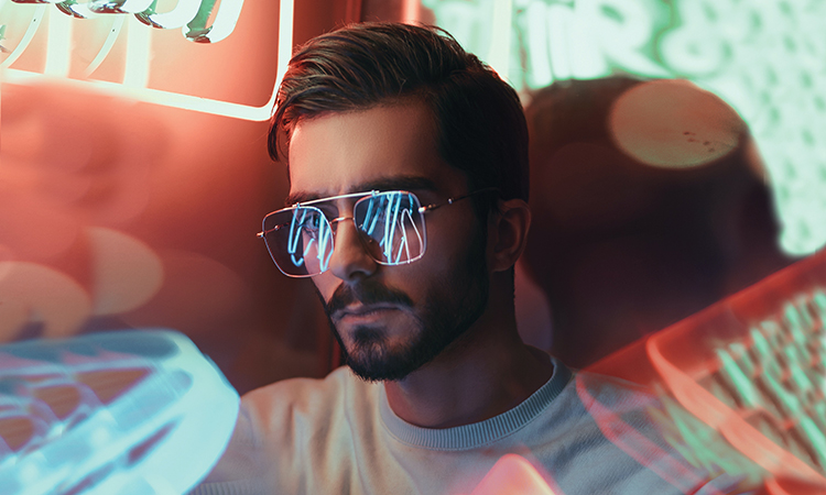 Br24 Blog Visuelle Trends 2021 Produktfotografie & E-Commerce: Trend Natürliches Licht vs. Neonlicht, Porträt eines Mannes mit Sonnenbrille im Neonlicht