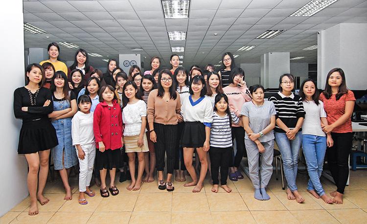 Br24 Blog Vietnamesischer Frauentag: Gruppenbild von allen starken Frauen bei Br24 Vietnam