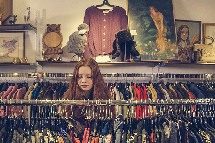 Br24 Blog Gen Z Shopping: Girl goes thrifting