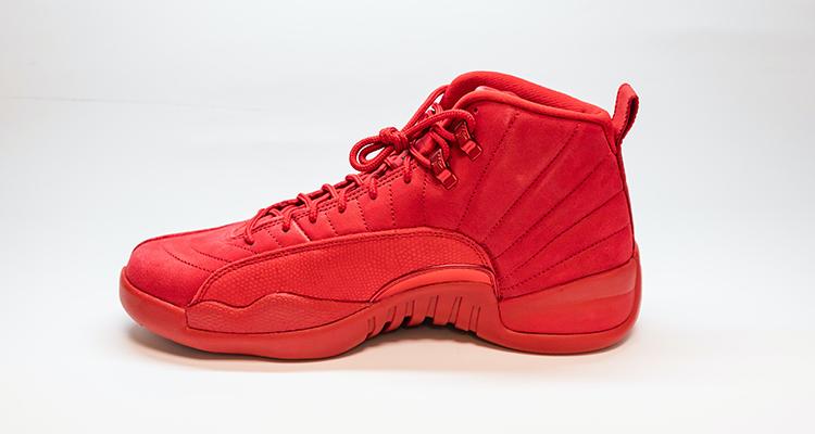Br24 Schuhe fotografieren für Produktbilder: Roter Turnschuh vor einem neutralen, hellen Hintergrund