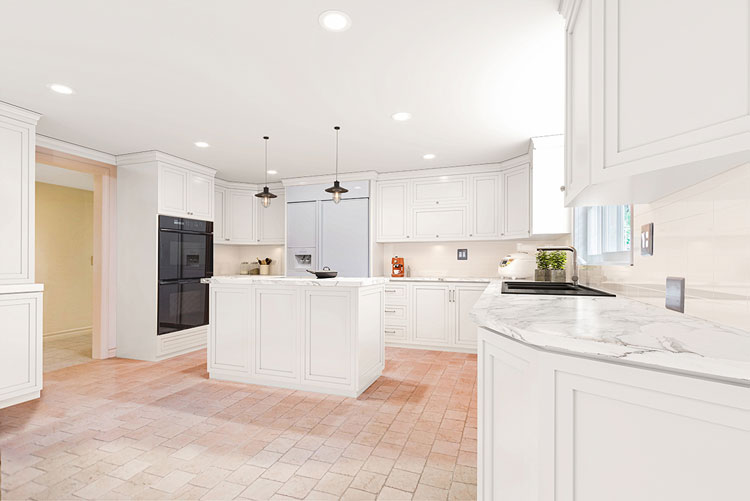 Real Estate: Kitchen with white fronts before virtual renovation