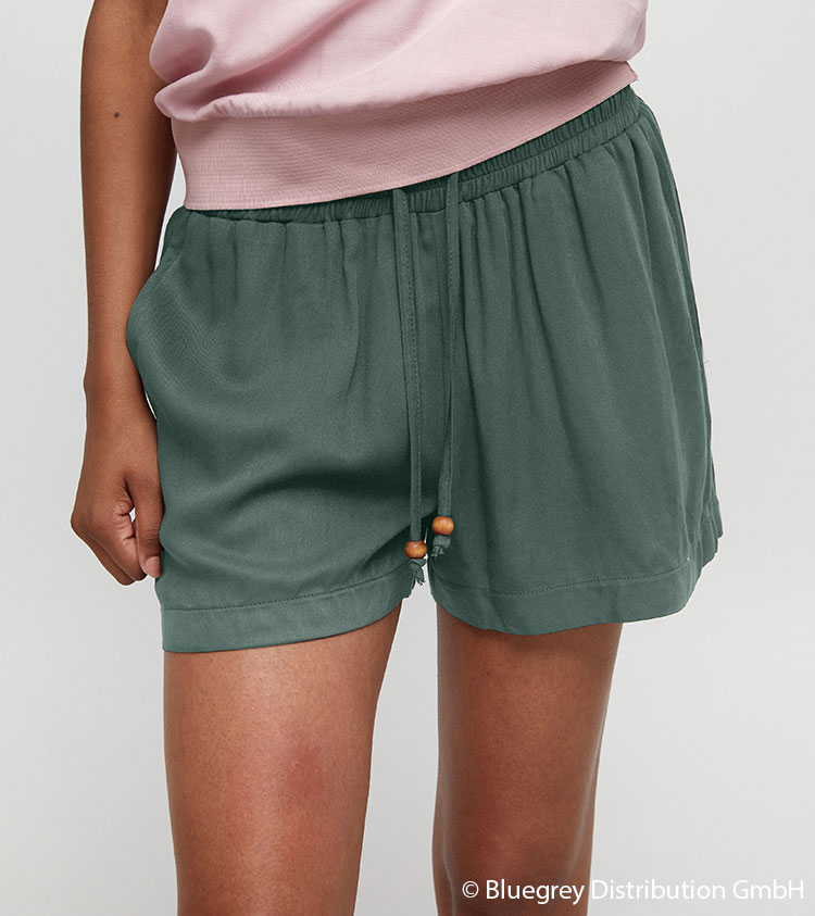 Br24 Recolouring: Product, solid green shorts, coloured using the recolouring method