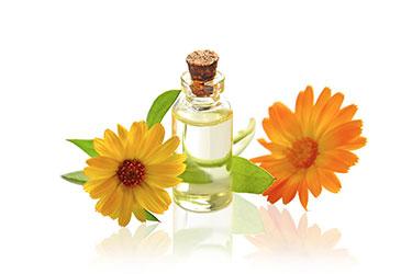 Br24 Schatteneffekte Reflexionsschatten, Spiegeleffekt: Glasflasche mit Aromaöl und zwei Blüten mit nachträglich ingegriertem Reflexionsschatten.
