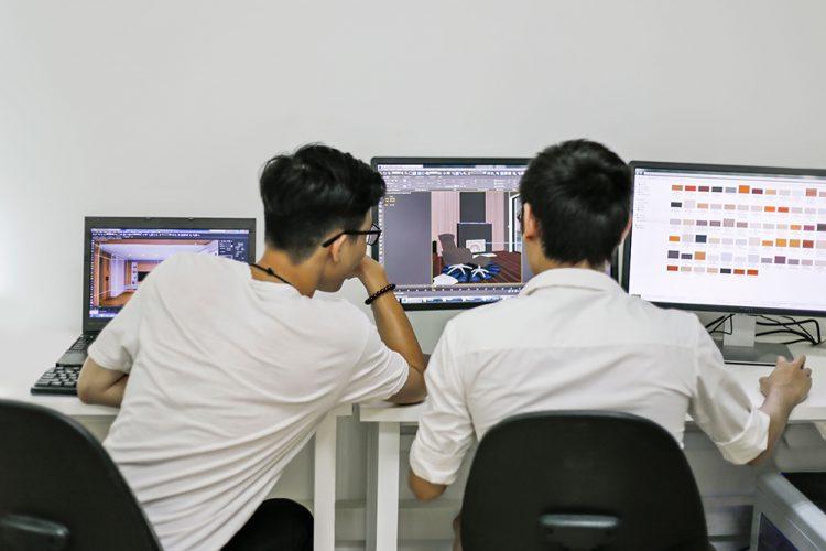 Br24: two employees working on image editing project/ zwei Mitarbeiter arbeiten an Bildbearbeitungsprojekt