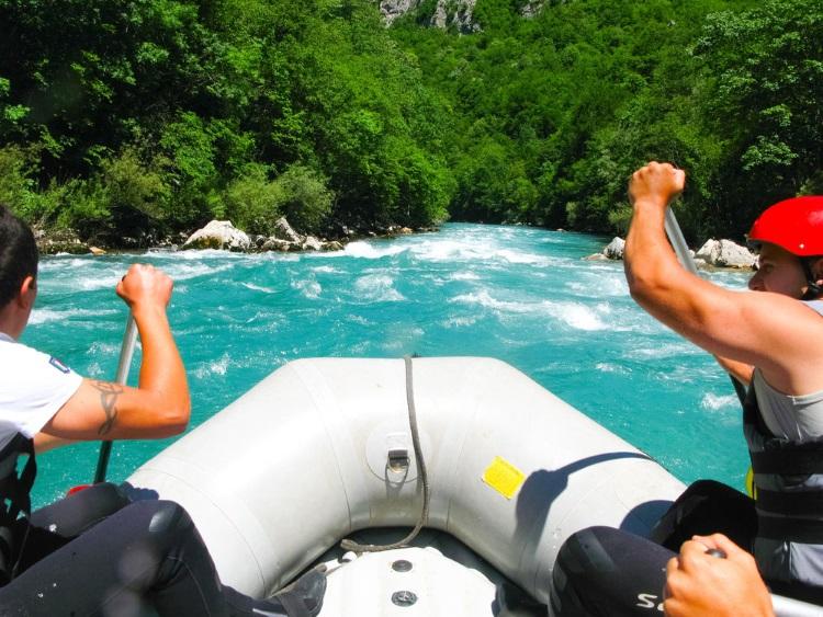 Br24: Two men rafting / Zwei Männer beim Rafting