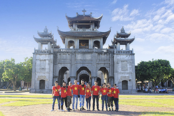 Br24 Vietnam: Team trip, team members in front of a temple