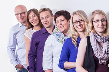 Br24 German team smiling, team spirit / Br24 lächelndes deutsches Team, Teamgeist