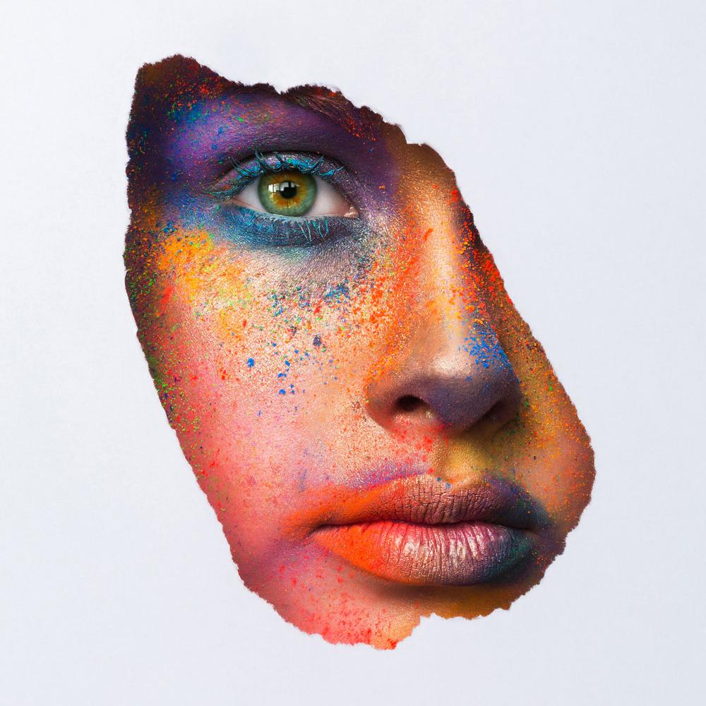 Br24 Bildretusche: Nahaufnahme Gesicht vom Model mit farbenprächtigen Make-up, Kunst