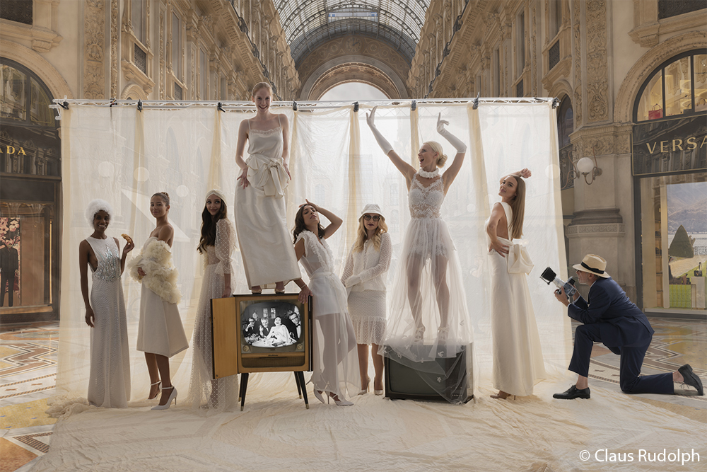 Br24 Fotografen & Studios: weibliche Models posieren in eleganter, weißer Kleidung in einer großen, schönen Einkaufspassage