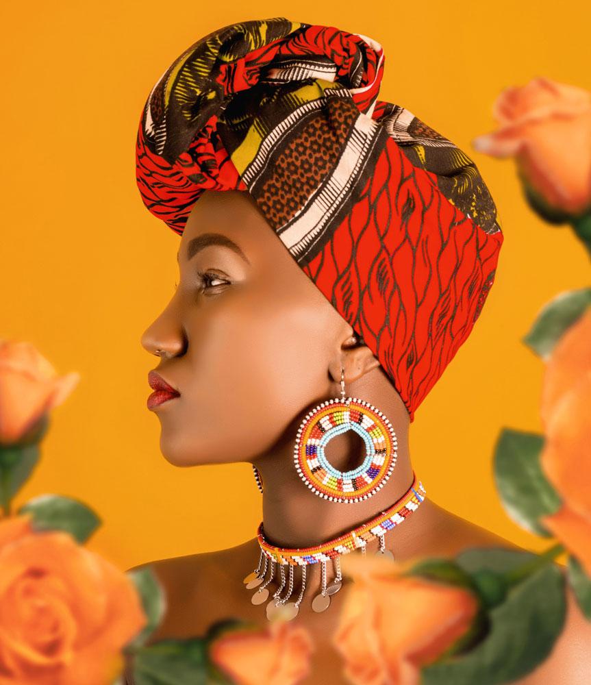 Br24 Marketing: Frau mit gemustertem Turban in organgen und roten Farben nach der Umfärbung