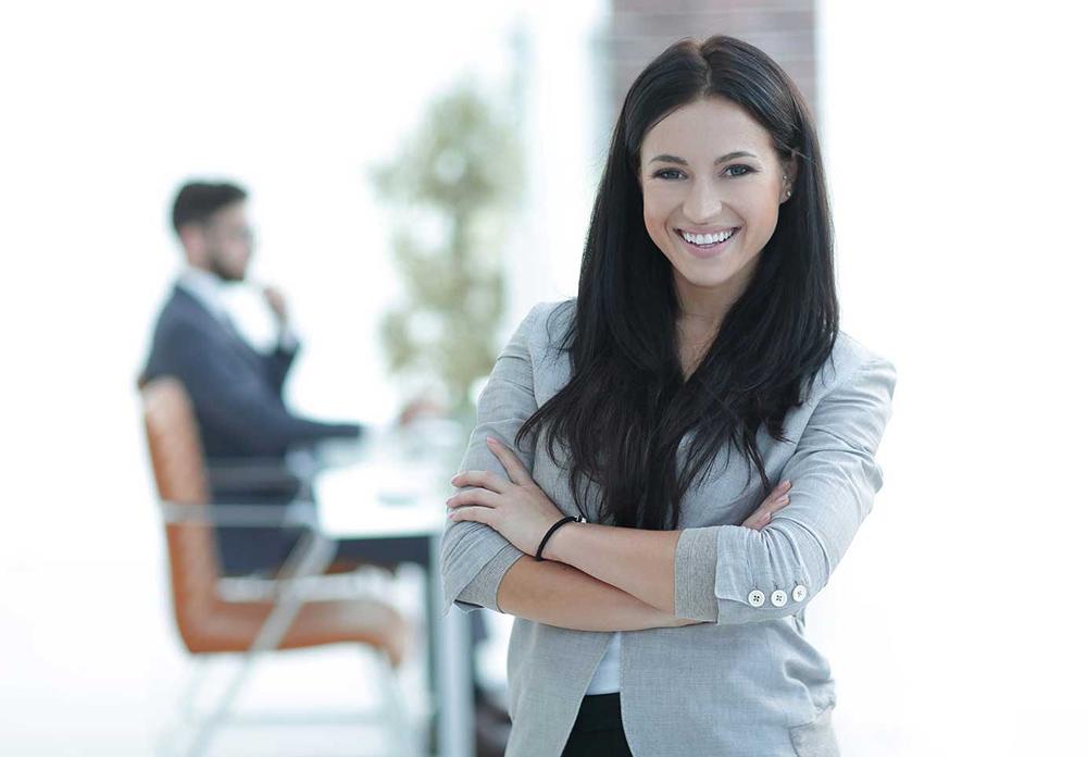 Br24 Farbkorrektur: Europäische Frau lächelnd im Büro mit kalten Farben, vor der Farbkorrektur