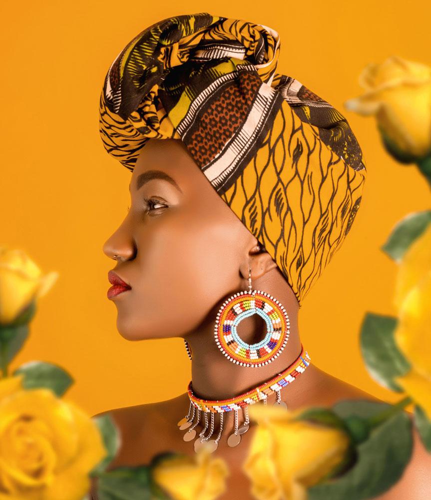 Br24 Marketing: Frau mit gemustertem Turban in gelben Farben vor der Umfärbung