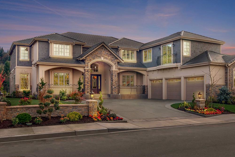 Br24 Immobilien, Himmel austauschen, Day-to-Dawn nachher: Haus mit Vorgarten, Ansicht in der Abenddämmerung, Beleuchtung vom Haus