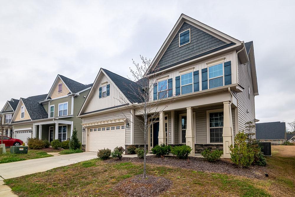 Br24 Immobilien, Retusche: Außenansicht einer Häuserreihe, grauer Himmel und ungleichmäßiger Rasen, bevor der Retusche