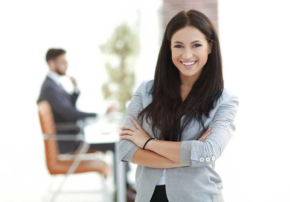 Br24 Farbkorrektur: Europäische Frau lächelnd im Büro mit warmen Farben, nach der Farbkorrektur