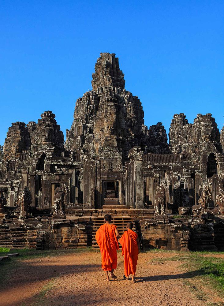 Br24 Retusche: Fotoshooting, Natur und Kultur, zwei Mönche vor asiatischem Tempel