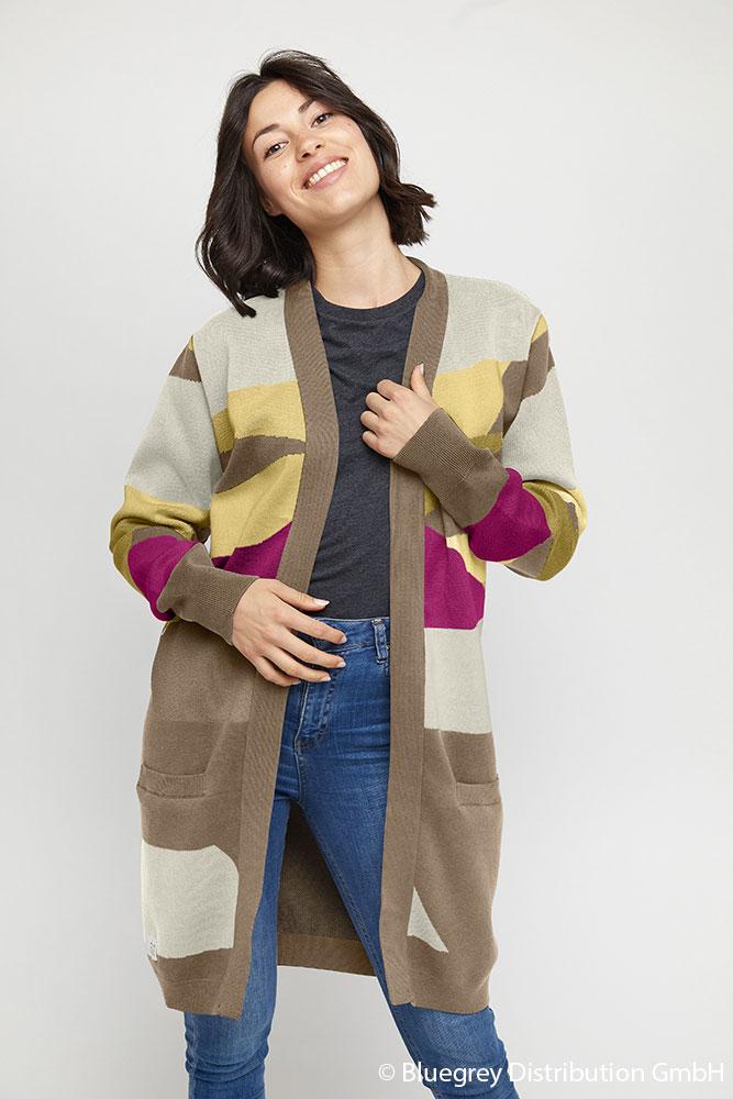 Br24 Farbkorrektur: Frau mit gemusterte Strickjacke in hellen Farben nach Umfärbung