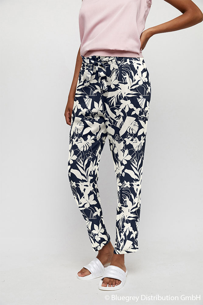 Br24 Composing: Woman wearing patterned trousers in blue and white, after composing