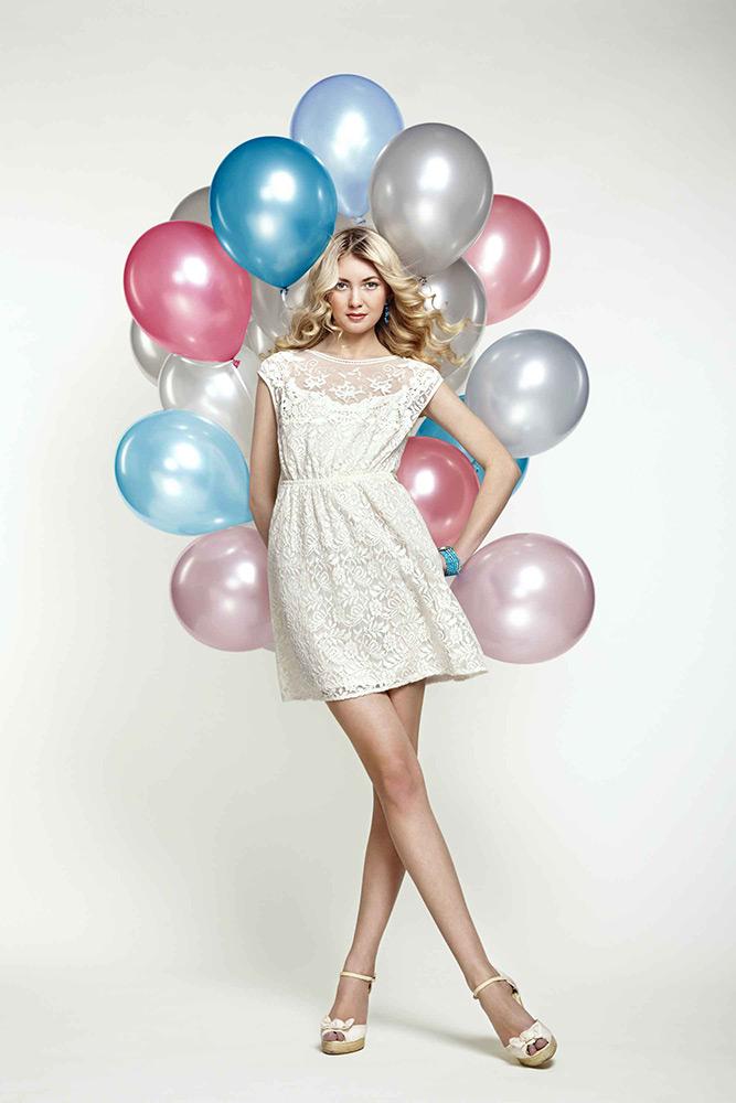 Br24 Retusche: Fotoshooting, Mode, kaukasische Frau in weißem Kleid mit bunten Luftballons
