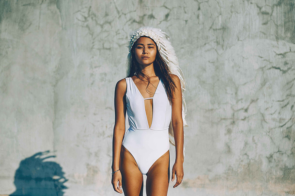 Br24 Retouching: photo shoot, Latin American woman in white swimsuit with indian feather headdress