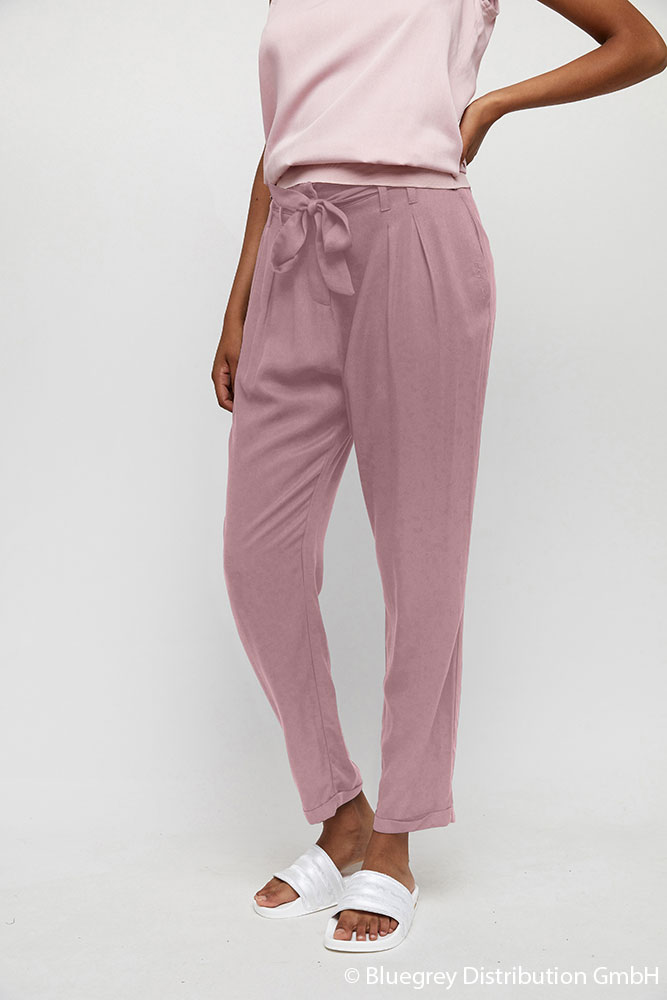 Br24 Composing: Woman wearing plain pink trousers, before composing
