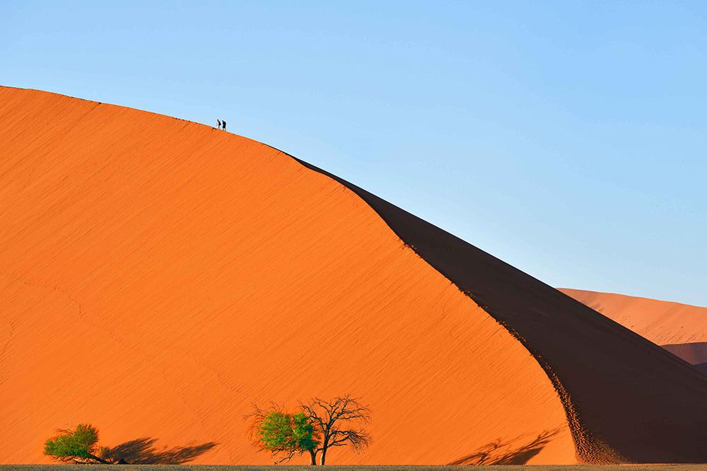Br24 Farbkorrektur & Naturfotografie: orange Sandwüste mit großer Sanddüne und einsamen Wanderern