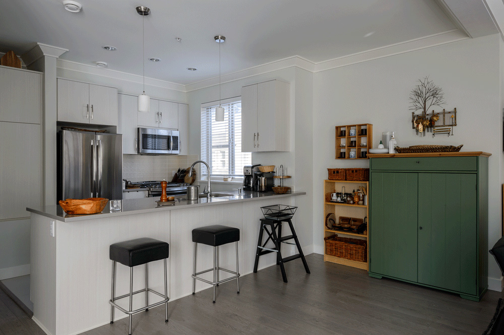 Br24 Real Estate Retouching: Kitchen with bar in dark light, before retouching