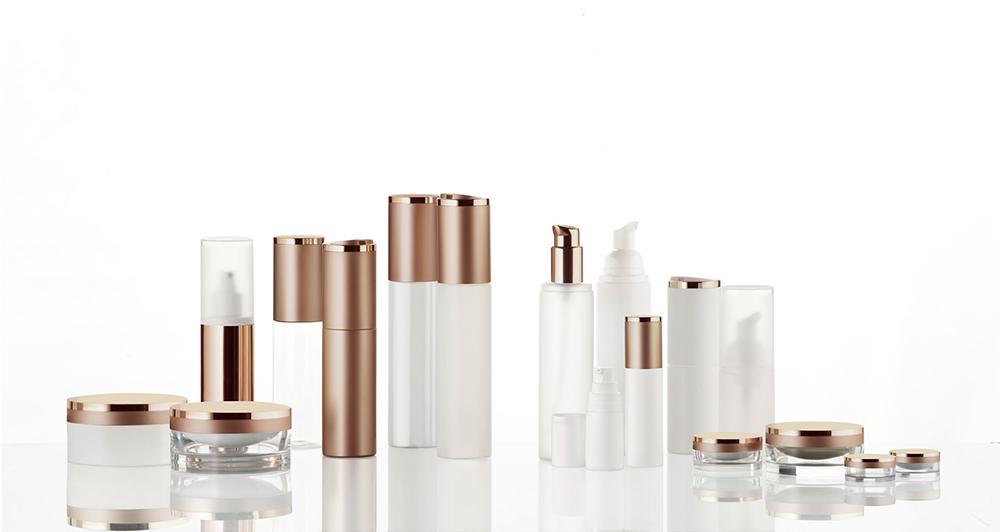 Br24 Produktretusche: verschiedene Kosmetikbehälter auf einer Glasplatte, nach der Retusche