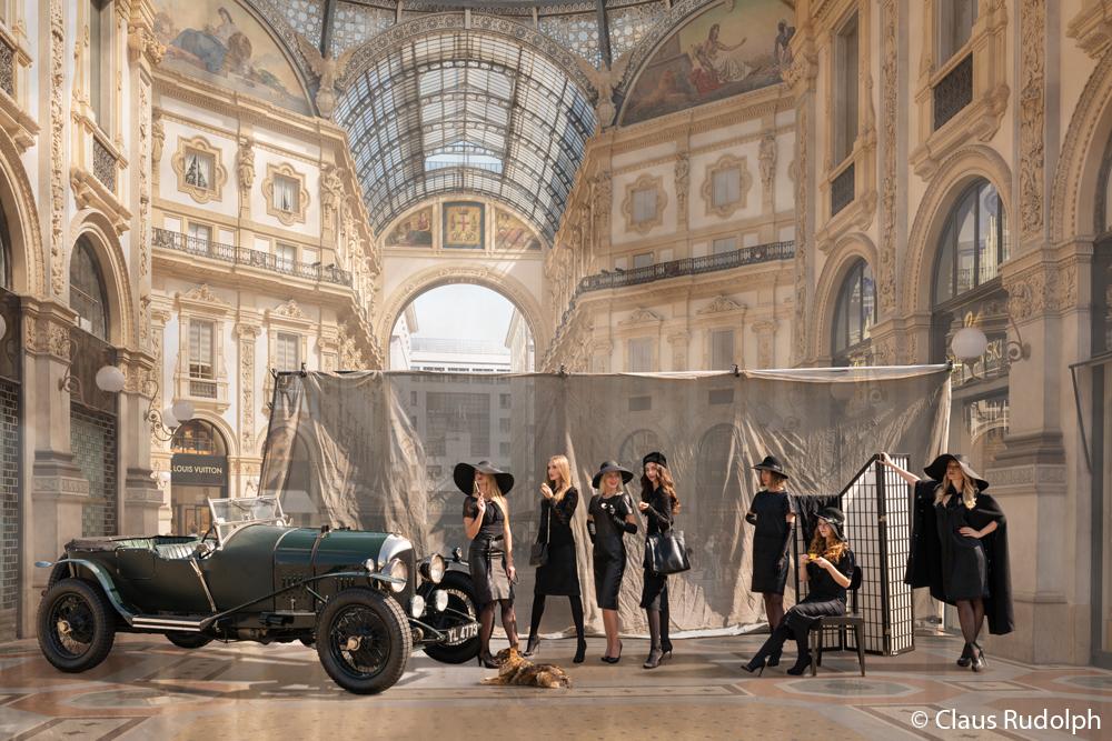 Br24 Composing: Models posieren in eleganter, schwarzer Kleidung mit einem Oldtimer in einem großen, schönen Einkaufszentrum, nach dem Composing