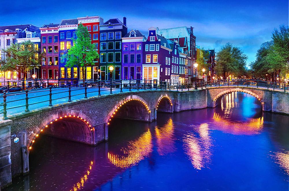 Br24 Farbkorrektur: Brücke über Fluss, bunte Häuser im Hintergrund im späten Nachmittagslicht mit Farbkorrektur