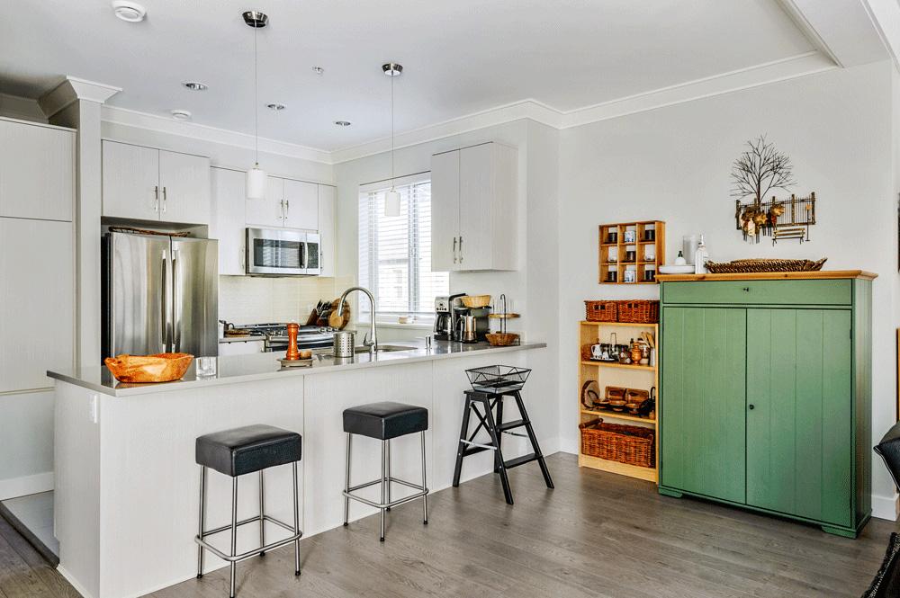Br24 Immobilien Retusche: Küche mit einer Bar im natürlichen Licht, nach Retusche
