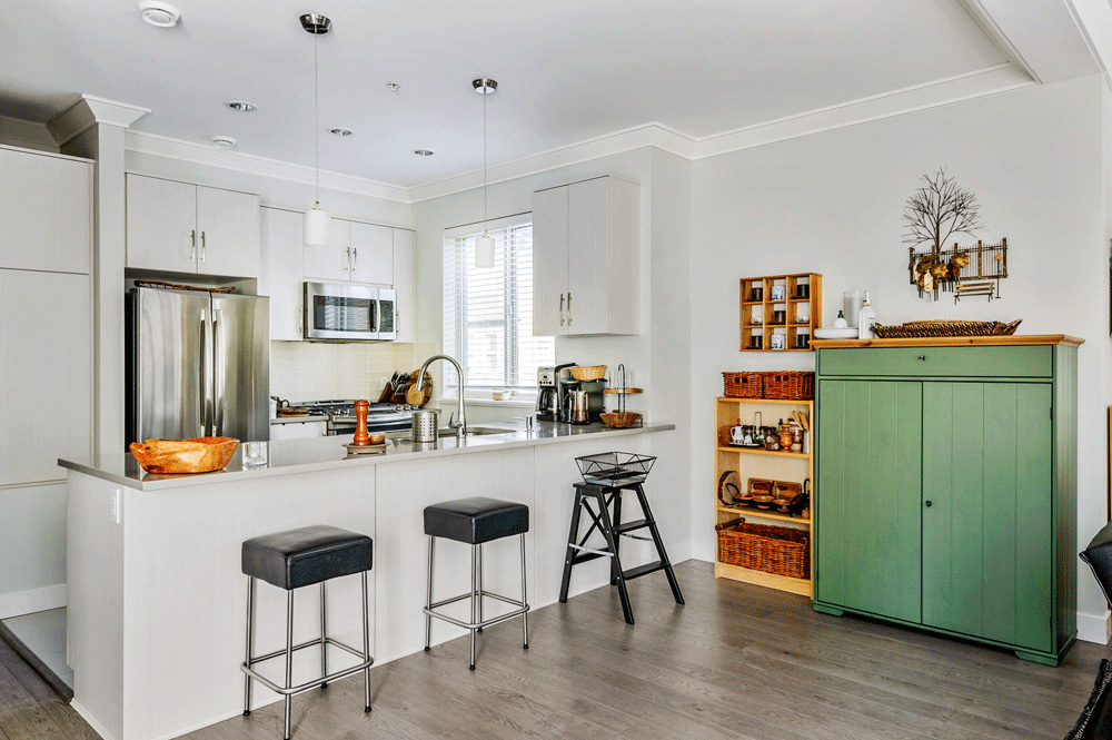 Br24 Real Estate Retouching: Kitchen with bar in natural light, after retouching