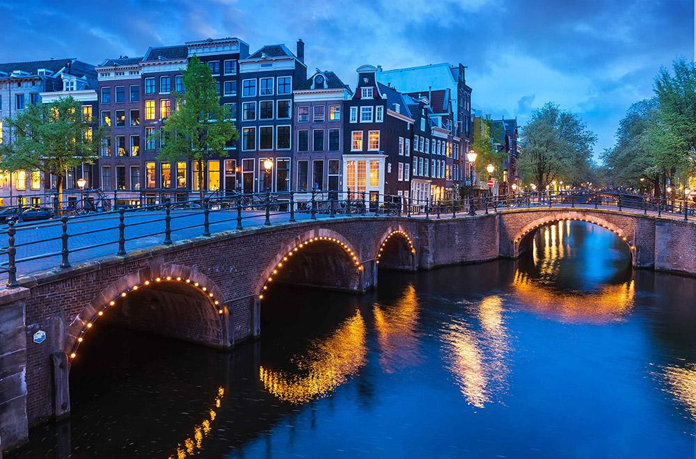 Br24 Farbkorrektur: Brücke über Fluss, dunkle Häuser im Nachmittagslicht ohne Farbkorrektur