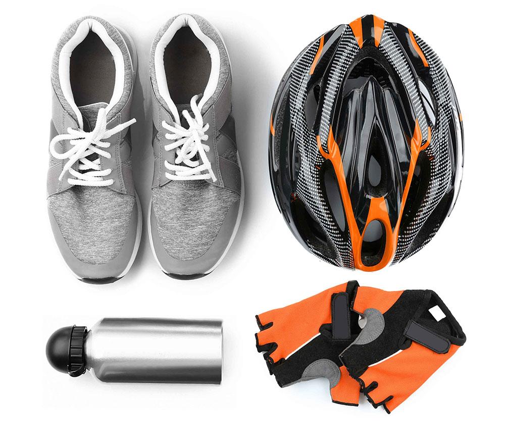 Br24 Farbkorrektur: E-Commerce, Fahrradequipment mit Sportschuhen, Helm, Wasserflasche und Handschuhen